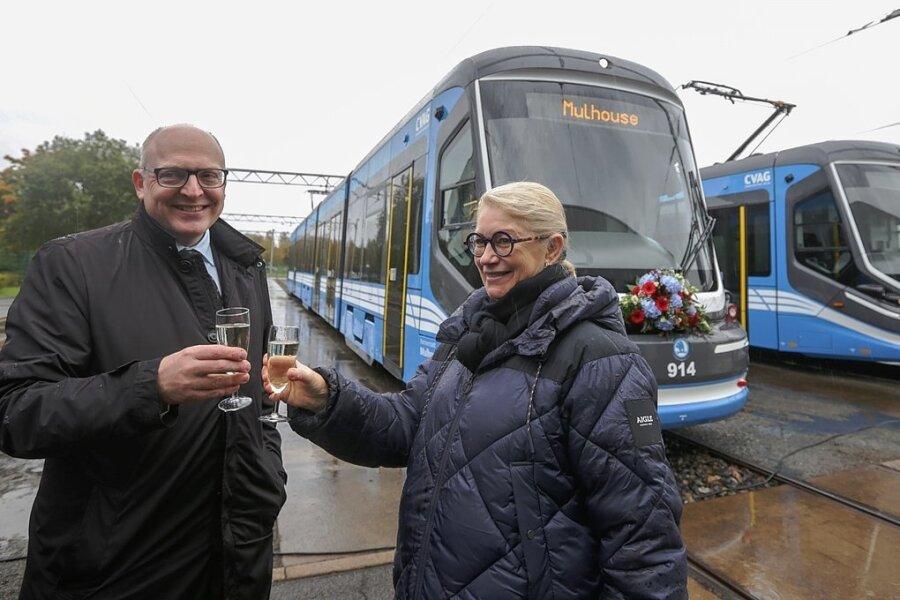Michèle Lutz, Bürgermeisterin der Stadt Mulhouse im Elsass, und ihr Chemnitzer Amtskollege Sven Schulze tauften am Dienstag eine Straßenbahn der CVAG auf den Namen der französischen Partnerstadt.
