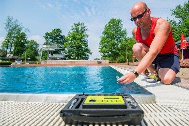 Rettungsschwimmer Stefan Popp überprüft im Zwönitzer Erlebnisbad den Chlorgehalt und den pH-Wert. Diese Messung wird dreimal täglich durchgeführt.