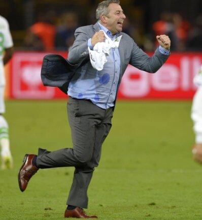 Wolfsburgs Manager Klaus Allofs - im Geschäft ein kühler Kopf - kann auch aus sich herausgehen. So nach dem Pokalsieg gegen Borussia Dortmund.
