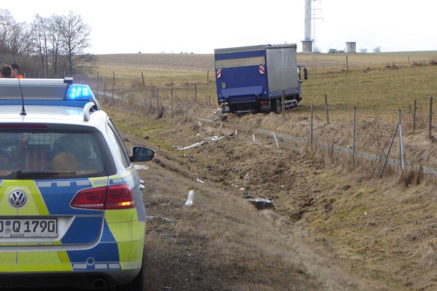 Lkw-Fahrer verliert nach Reifenplatzer Kontrolle über sein Fahrzeug