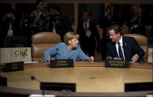 Bundeskanzlerin Angela Merkel (CDU) und der britische Regierungschef David Cameron wollen das Spiel Deutschland gegen England zumindest teilweise zusammen schauen.