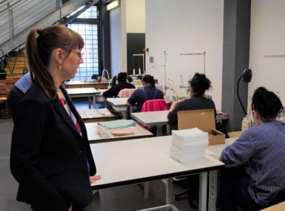 Justizministerin Katja Meier dankte am Donnerstag Insassen der JVA Chemnitz für die Herstellung von Schutzmasken.