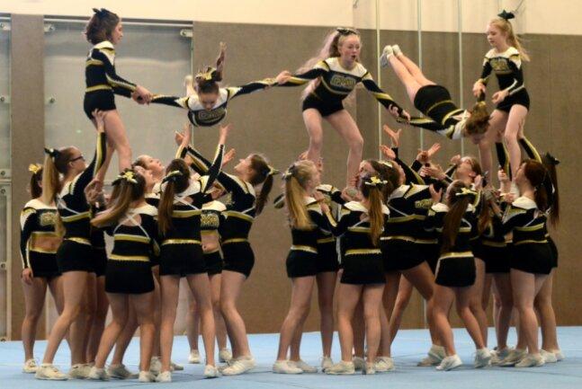Die Black Maniacs, hier bei einem Training, sind eines der erfolgreichen Teams des Cheerleadervereines Cheermania Auerbach.