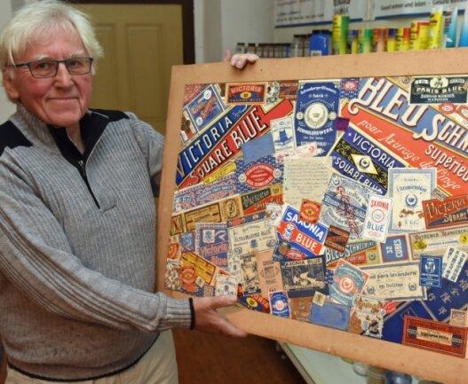 Geschäftsführer Gerd Bochmann zeigt eine Tafel der Markenschilder bzw. Namen von Wäscheblau, das weltweit exportiert wurde.