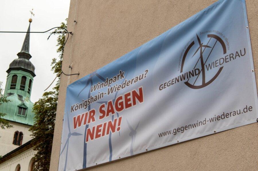 Ein Protest-Banner gegen den Bau von Windrädern an der ehemaligen Schule in Wiederau.