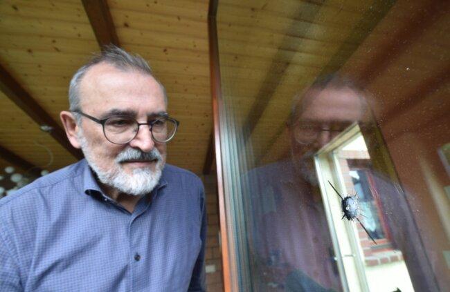 Die Einschüsse an der Terrassentür des Wohnhauses von Frank Petermann in Mühlau sind jetzt nicht mehr zu sehen. Das Glas wurde erneuert. Im April 2020 war das Haus des Bürgermeisters ins Visier von zwei jungen Leuten geraten. Nun gab es dazu ein Gerichtsurteil.