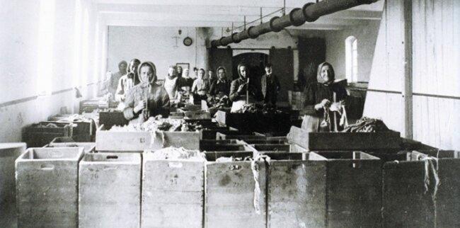 1871: Der erste Rohstoff waren Lumpen, die, von Frauen sortiert und mit Natronlauge gekocht, wertvolle Fasern lieferten.