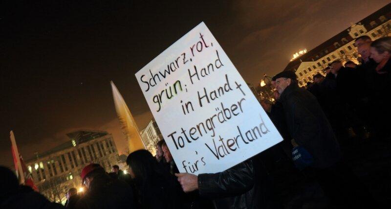 An drastischen Formulierungen herrscht bei AfD-Veranstaltungen in Sachsen-Anhalt kein Mangel - wie hier bei einer Kundgebung im Dezember 2015 in Magdeburg.