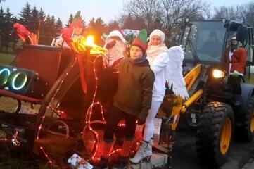 Mit diesem außergewöhnlichen Gefährt verteilte der Weihnachtsmann in Langenau Geschenke.