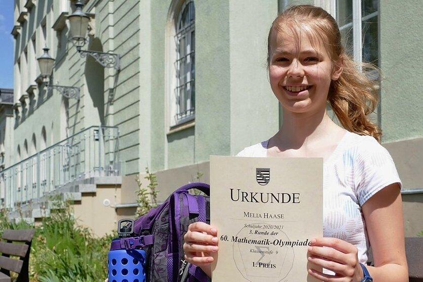 Melia Haase zeigt die Urkunde, die sie für ihre volle Punktzahl bei der Mathematik-Olympiade auf sächsischer Ebene erhalten hat. Der erste Preis war ihr damit nicht zu nehmen.