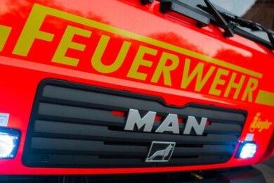 Einen Fahrplanaushang in Brand gesetzt hat am Mittwoch ein unbekannter Täter am Bahnhof Jocketa. Die Polizei sucht Zeugen.
