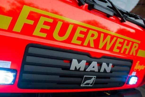 Feuerwehr befreit schwer verletzten Fahrer aus brennendem Auto