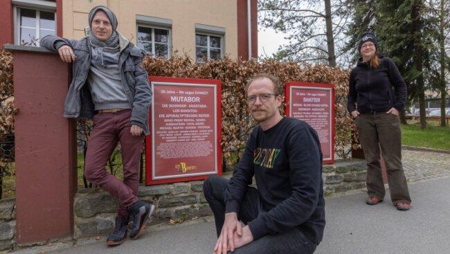 """Bastian Krupp, René Keil und Madeleine Tost (von links) vom Team der """"Alten Brauerei"""" vor einem Teil der Plakate, die zeigen, wer hier seit 1996 aufgetreten ist."""