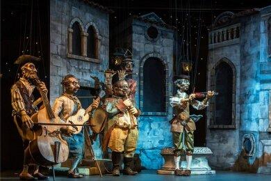 """Ein Ständchen für die Angebetete: """"Sieh' schon die Morgenröte"""", singt Tenor Peter Schreier (per CD) in der Oper """"Der Barbier von Sevilla"""", während die Marionette Graf Almaviva (r.) vorm Balkon vor Liebesglühen quasi bebt."""
