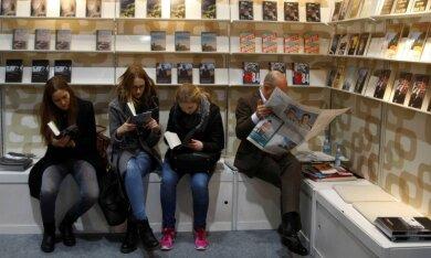 Und wenn es keinen Stuhl gibt, reichen auch andere Sitzgelegenheiten, um in die Welten der Leipziger Buchmesse einzutauchen.