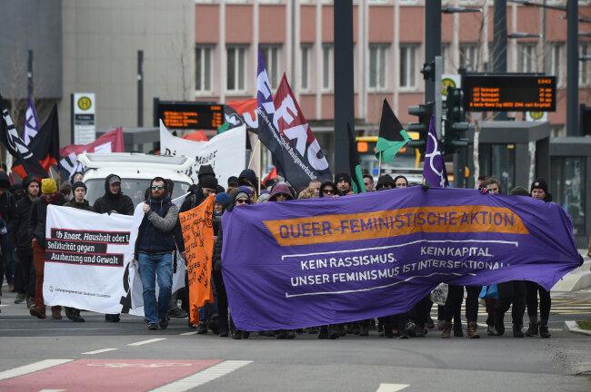 Etwa 200 Menschen haben am Samstagnachmittag vor dem Chemnitzer Frauengefängnis demonstriert.