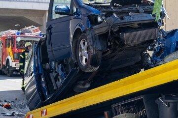 Das Wrack des Vans wurde gegen 14.30 Uhr abtransportiert, der Viano war gegen das Brückenbauwerk gefahren.