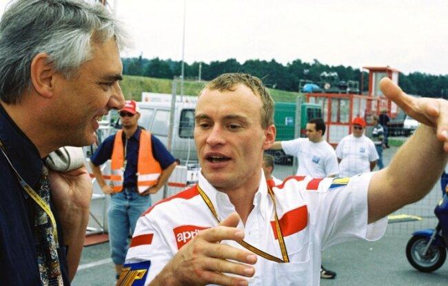 """Alt-OB Erich Homilius 1999 im Gespräch mit Ralf Waldmann. """"Waldi"""" holte damals auf dem Sachsenring Platz 3 im Rennen der 250er."""