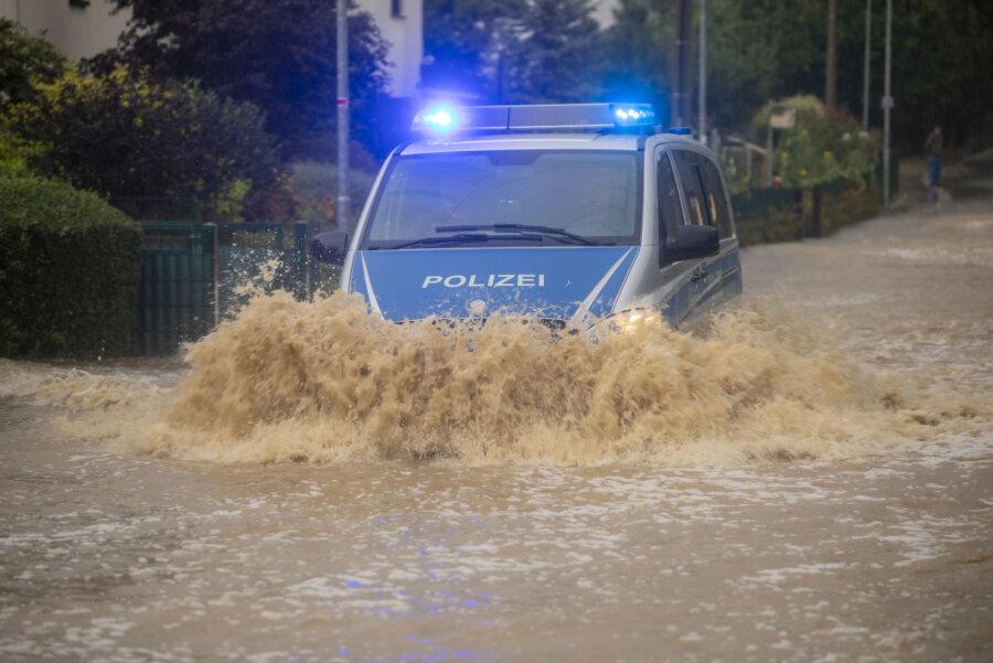 Eine Straße in Auerswalde steht unter Wasser.