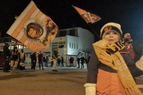 Vor der Messe haben die Niners-Fans die Spieler am Samstag mit einem Spalier empfangen. Auch der kleine Moritz harrte in der Kälte aus.