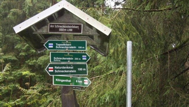 Wegweiser aus Holz werden auf dem Gebiet der Gemeinde Muldenhammer ersetzt. Masten aus Stahl (rechts) stehen bereits.