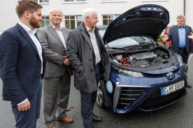 Karl Lötsch, Volker Schubert, Torsten Enders, Matthias Lißke, Frank Schmutzler und Thomas von Unwerth (v. l.) diskutierten über Brennstoffzellen und Wasserstoff. Ein Teil reiste mit dem Wasserstoffauto an.