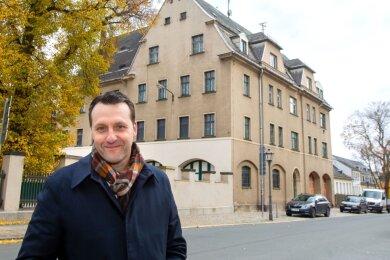 Jörg Schmidt, Vorsitzender der CDU Plauen und ihrer Stadtratsfraktion, fordert eine Entscheidung pro Brandschutzamt. Das Gebäude Oberer Graben 20 (im Hintergrund) soll künftig als Informations- und Dokumentationszentrum der Friedlichen Revolution 1989 in Plauen dienen.