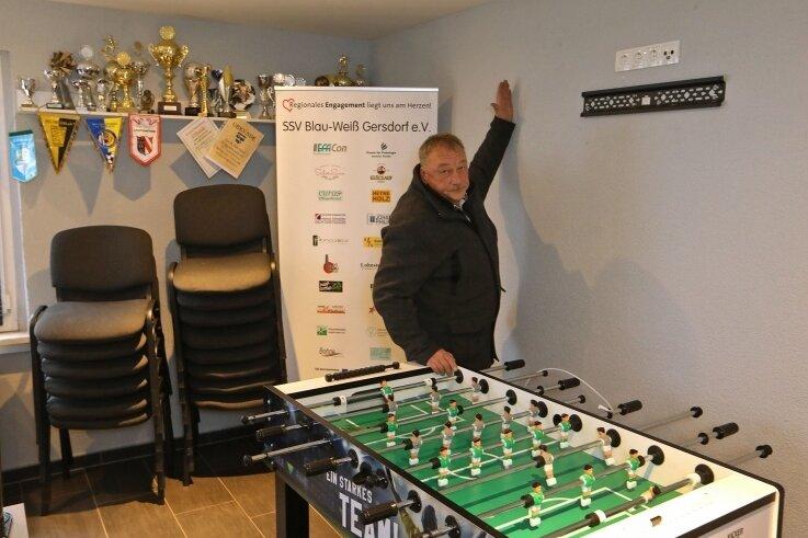 Klaus Boegel zeigt auf die Stelle, wo noch vor Kurzem der 2500 Euro teure Fernseher der Gersdorfer Fußballer befestigt war.