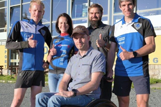 Stephan Mende, Ines Schönfelder, Mirko Sauerbaum und Thomas Ungethüm (hinten v.l.) setzen sich für Alexander Gläntz (vorn) ein.