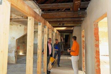 Amtsleiterin Sylvina Schwarzenberger (Mitte) mit dem Dezernent für Finanzen und Service, Mathias Hartung (links) sowie Hendrik Felber als Vertreter des Ingenieurbüros bei einem Rundgang über die Baustelle.