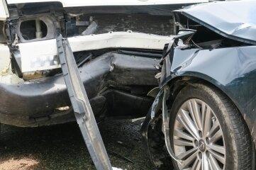 Ein Transporter und ein Pkw sind am Montag auf der B 169 zwischen Schneeberg und Hundshübel zusammengestoßen.
