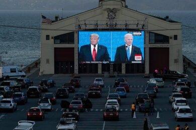 Am 22. Oktober verfolgen Menschen in San Francisco aus ihrem Auto heraus das letzte TV-Duell vor der Präsidentschaftswahl zwischen Amtsinhaber Donald Trump und Joe Biden. Am heutigen Dienstag stehen sie zur Wahl - und einige Chemnitzer stimmen mit ab.
