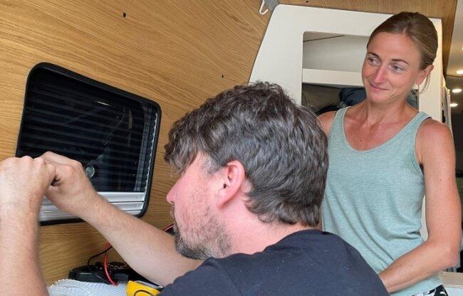 Sabine Spitzer staunt, dass Christopher Möckel sogar zu Nadel und Faden greift, um den kleinen Riss am Gewebe der gelieferten Lamelle zu nähen.