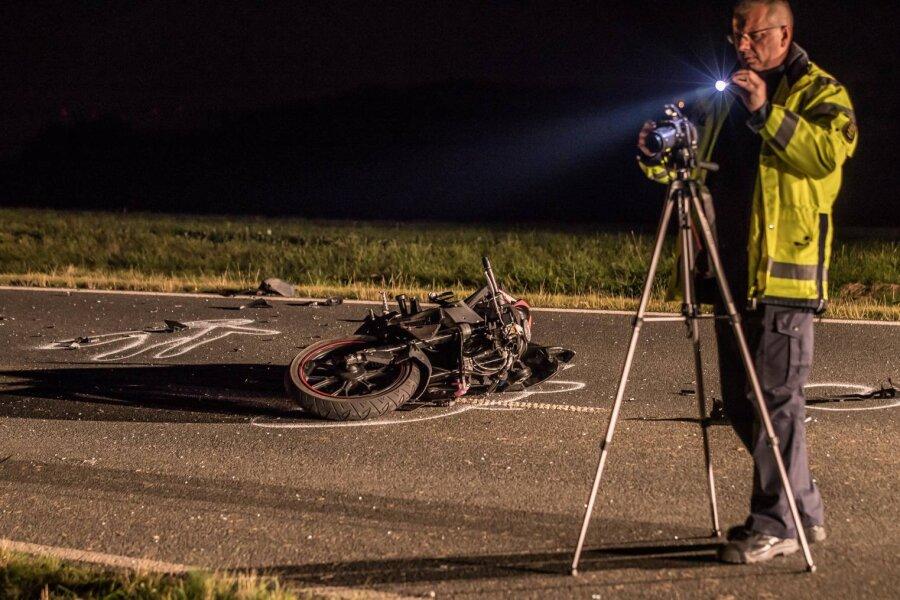 17-Jähriger fährt mit Motorrad in Kleinwagen - Drei Schwerverletzte