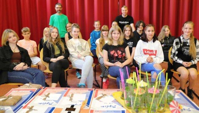 Diese Mädchen und Jungen aus der Jenaplanschule in Markersbach beherrschen die tschechische Sprache am besten. Das haben sie auch ihren Lehrern Tomáš Vymzal (h. l.) und Ondrej Palán (h.) zu verdanken.