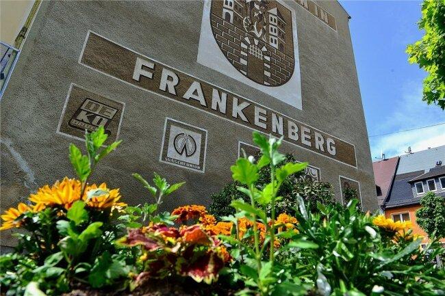Das Frankenberger Wappen ziert eine Giebelwand in der Stadt. Aufgrund der knappen Kasse müssen einige Blütenträume wohl warten.