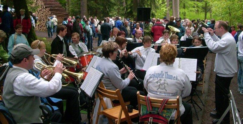 """<p class=""""artikelinhalt"""">Die Bergkapelle Thum ist untrennbar mit dem Tischelfest im Abtwald verbunden. Auch am Sonntag sorgten die Musiker für zünftige Unterhaltung der Wanderer. </p>"""