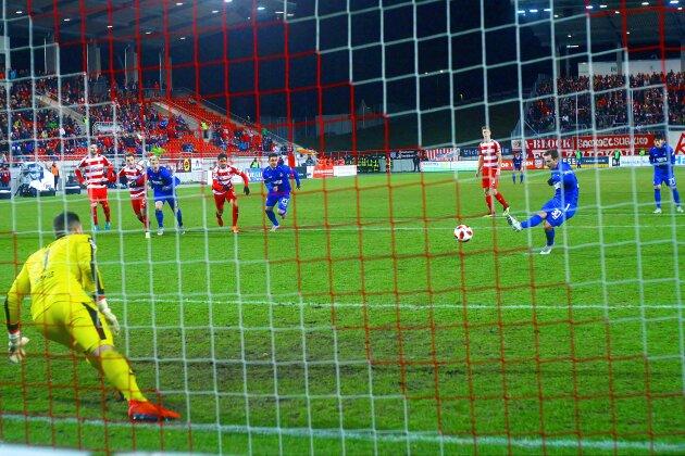 KSC-Torjäger Anton Fink verwandelt den Elfmeter zum 1:1. Zwickaus Torhüter Johannes Brinkies entschied sich für die falsche Ecke.