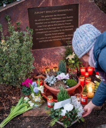 Zum Holocaust-Gedenktag haben sich rund 30 Menschen am Mahnmal an der Rochlitzer Seminarstraße zu einem stillen Gedenken versammelt und um Blumen niederzulegen.