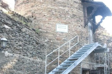 Mitte Juli 2018 sah es am Zugang zur Bauernstube so aus. Die halbfertige Treppe kam dann wieder weg.