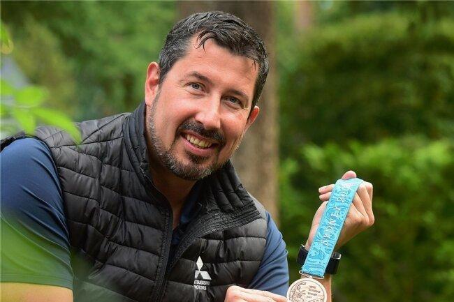 Stev Theloke mit seiner Bronzemedaille von den Sommerspielen 2000 in Sydney.