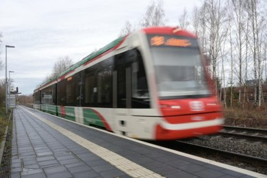 Züge der Chemnitzbahn halten nur noch, wenn jemand aus- oder einsteigen will. Andernfalls fahren sie mit verringertem Tempo einfach durch.Foto: A. Seidel