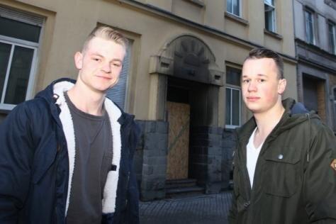 Maurice Fabrizius (links) und Julian Walther vor dem Haus, aus dem sie ein Kind, einen Mann und einen Hund retteten.