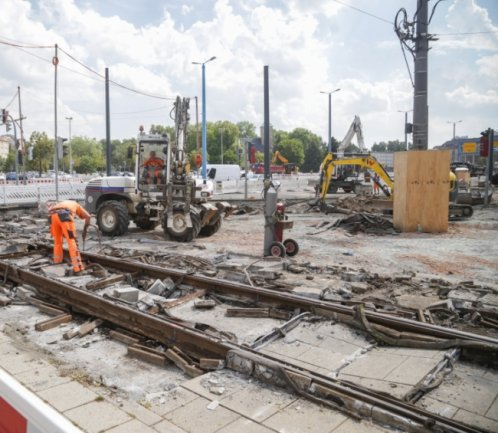 Bauarbeiter erneuern derzeit die Straßenbahngleise an der Bahnhofstraße zwischen dem Stefan-Heym-Platz und der Einmündung zum Johannisplatz. Die rechte Abbiegespur zum Johannisplatz ist deshalb gesperrt.