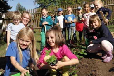 """Mara Samtleben (l.) und Maja Schubert sind wie alle jungen Gärtner der Kita """"Sonnenschein"""" mit Begeisterung beim Pflanzen dabei."""