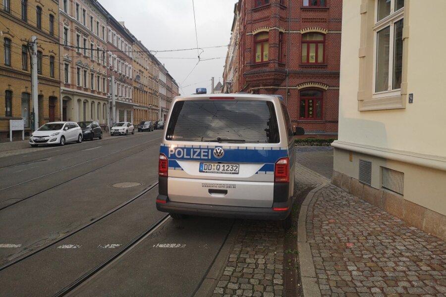Polizei-Einsatz in einem Mehrfamilienhaus an der Zwickauer Bosestraße.