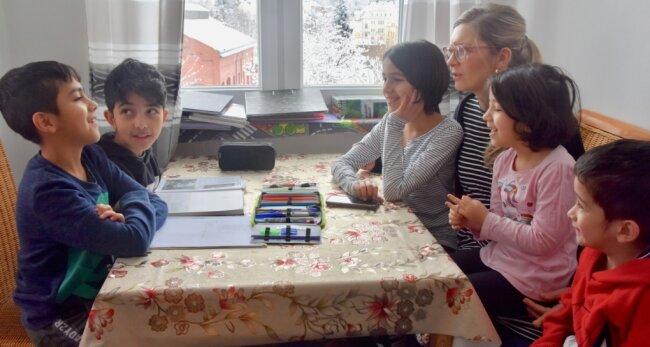Die Kinder Amir, Ali, Ruhalla, Fatima, Samiye und Abbas Khaleqian (von links) werden in Limbach-Oberfrohna von der ehrenamtlichen Helferin Susan Küchler auch beim Lernen unterstützt. Das muss in Coronazeiten häufig in der Wohnung der aus Afghanistan geflüchteten Familie stattfinden.