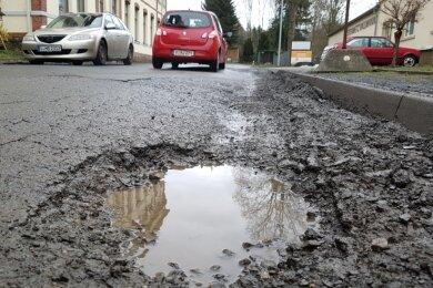 Schwer ramponiert ist der Letzte Heller in Oelsnitz - hier ein Foto vom 3. Februar. Die Stadt prüft nun die Sperrung der Straße.