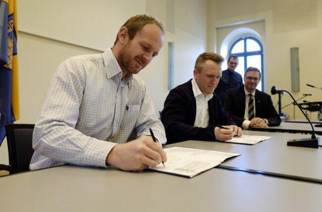 Die Hawle-Geschäftsführer Rupert Wagner und Gerd Bonimeier sowie OB Raphael Kürzinger (von links) bei der Unterzeichnung des Ansiedlungsvertrages. Hinten im Bild: Verbandsgeschäftsführer Tobias Keller.