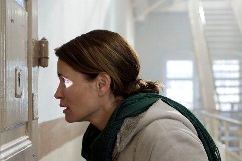 """2011: Die Schauspielerin Anja Kling in einer Szene des Films """"Es ist nicht vorbei"""". Öfters war Hoheneck Drehort für Filmleute."""
